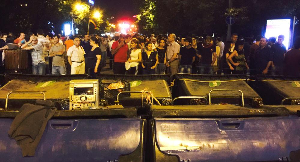 متراس أقامه متظاهرون في وسط يريفان