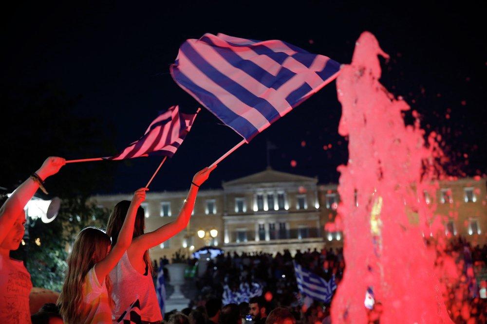 حتى الأطفال اليونانيون خرجوا للأحتفال بنتيجة الاستفتاء التاريخى الذى أجرته بلادهم ضد إملاءات الاتحاد الأوروبي