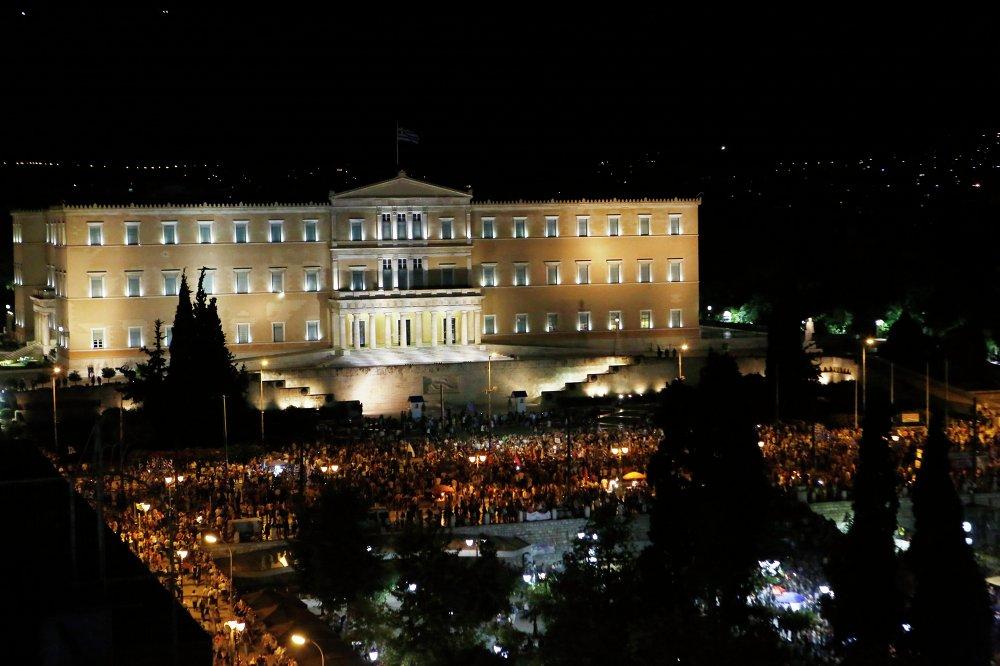 الأف اليونانيون خرجوا الى الشوارع للإحتفال بنتيجة الاستفتاء التاريخى الذى رفض إملاءات الاتحاد الاوروبي