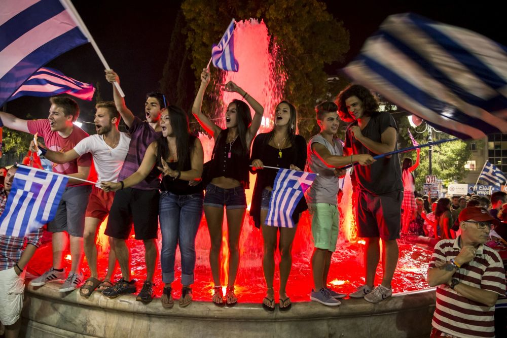 يونانيون يحتفلون بنتيجة الاستفتاء الذى رفض الإجراءات المفروضة من قبل الاتحاد الأوروبي والبنك الدولي ضد بلادهم