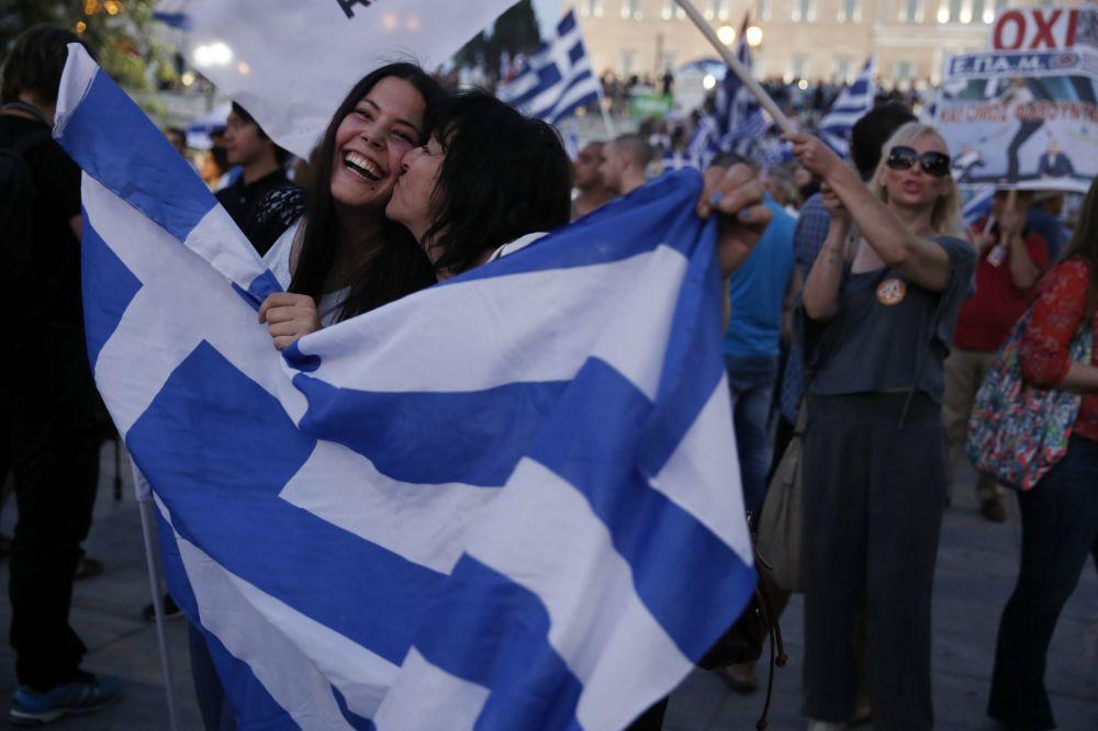 اليونانيون الرافضون لإجراءات الاتحاد الأوروبي والبنك الدولي ضد بلادهم يحتفلون فى شوارع أثينا برفض الاستفتاء