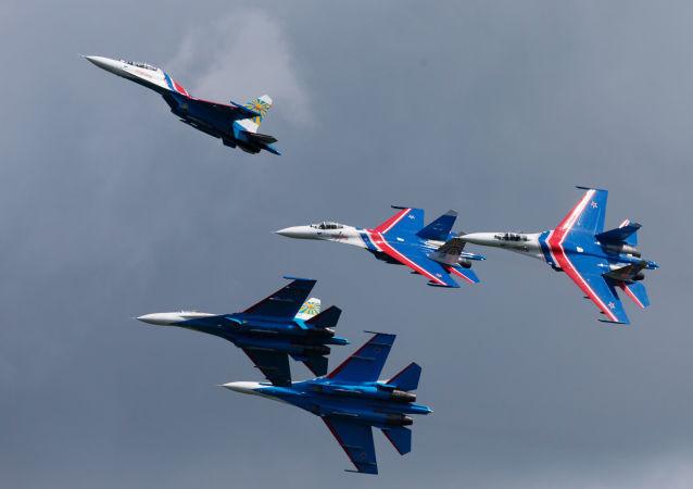 فرقة الاستعراضات الجوية روسكييه فيتيازي (الفرسان الروس) على متن طائرات سو- 27 أثناء المعرض الدولي العسكري البحري في مدينة سان بطرسبورغ