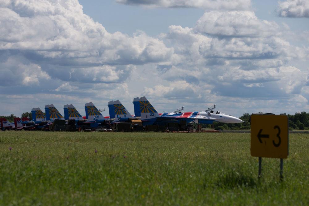 طائرات سو- 27 التابعة لفرقة الاستعراضات الجوية روسكييه فيتيازي (الفرسان الروس) أثناء المعرض الدولي العسكري البحري في مدينة سان بطرسبورغ
