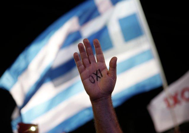 متظاهر يوناني ضد الإتحاد الأوروبي ومكتوب على كفة لا