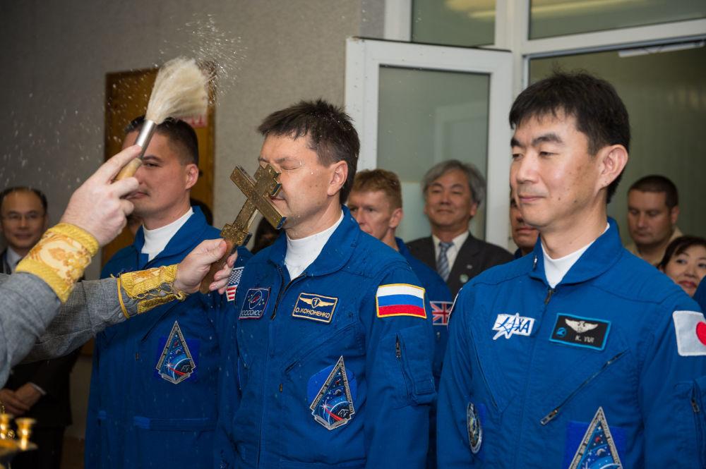 مباركة أفراد الطاقم الرئيسي لسفينة الفضاء المأهولة سويوز TMA-17M