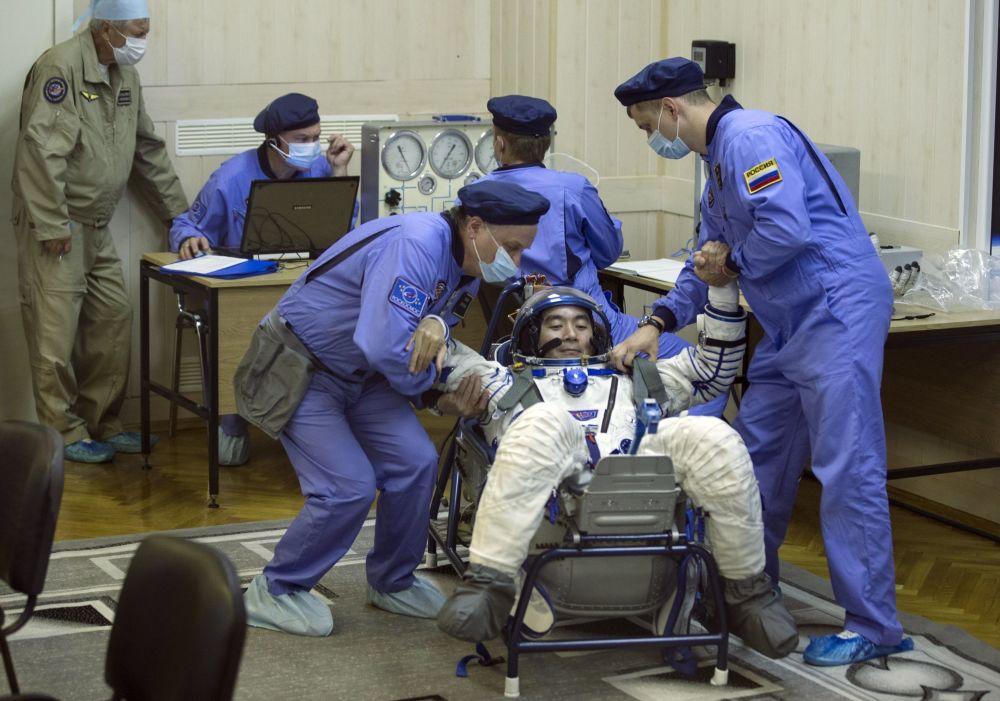 رائد الفضاء الياباني كيميا يوي قبل بدء إطلاق سويوز TMA-17M