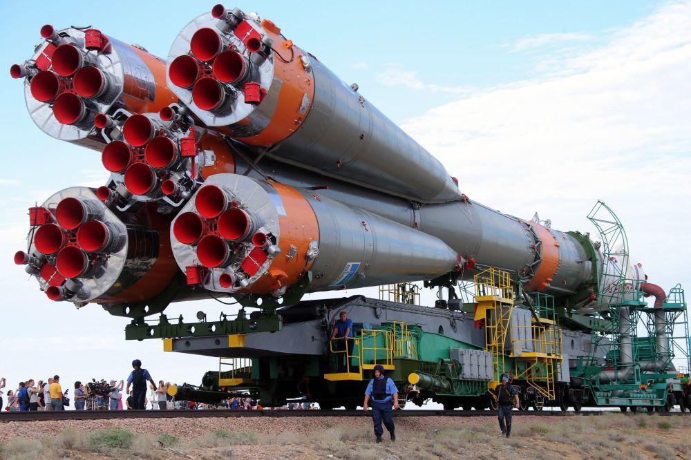 وصول ونصب صاروخ النقل سويوز TMA-17M