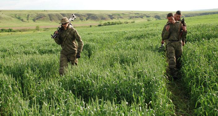 جنود الاستطلاع من المقاومة الشعبية قرب بلدة شيروكينو