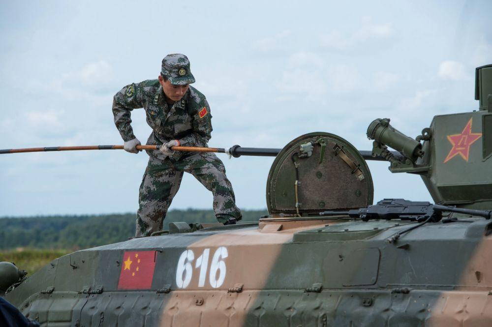 جندي من القوات المسلحة الصينية، أحد المشاركين في الألعاب العسكرية الدولية – 2015
