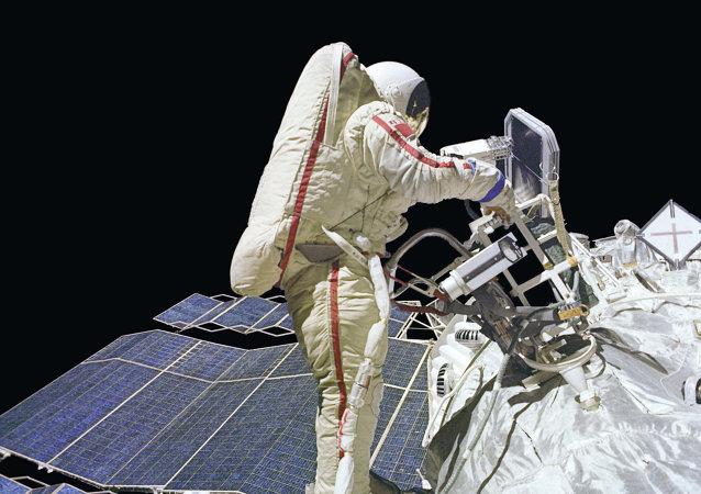 رائد الفضاء الروسي جانيبيكوف يقوم بجولة عمل في الفضاء الطلق