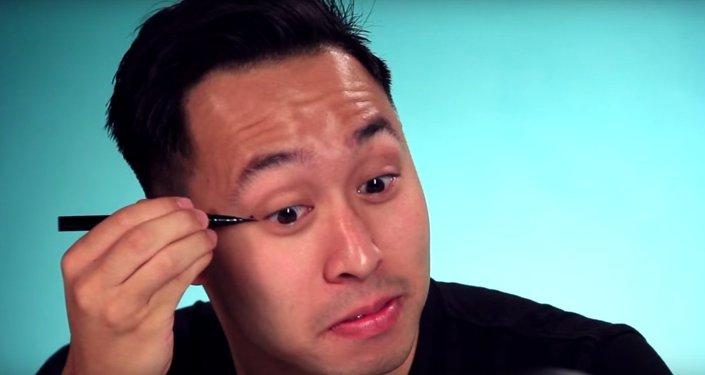 رجال يجربون وضع كحل في أعينهم مثل الفتيات