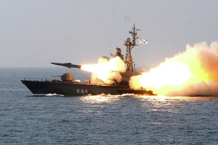 سفينة إر 32 تطلق صاروخ فى عرض البحر