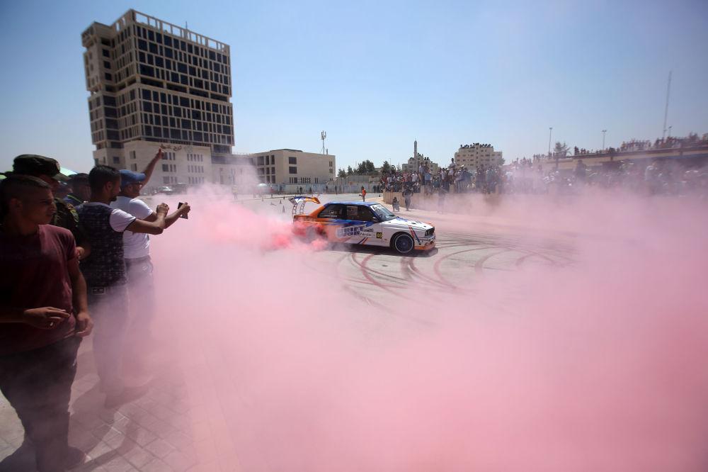 متسابق فلسطيني يرسم بسيارته دوائر على الأسفلت