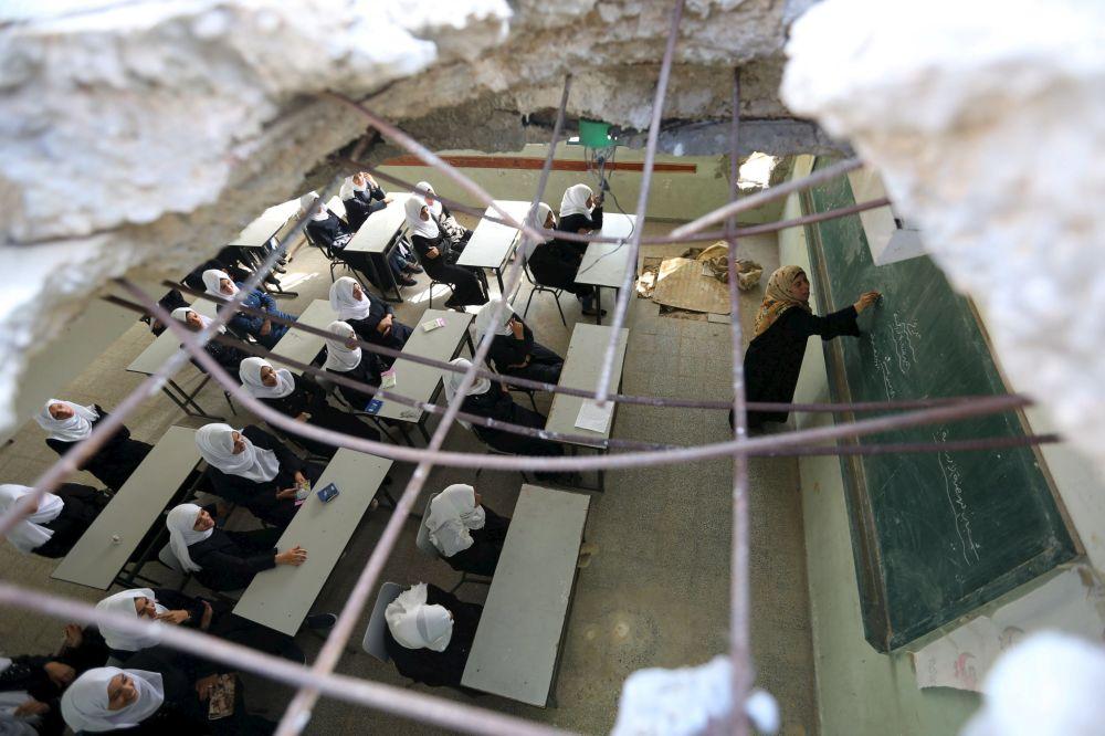 ثقب كبير، خلفته قذيفة، في سقف أحد الصفوف، في إحدى مدارس غزة للبنات