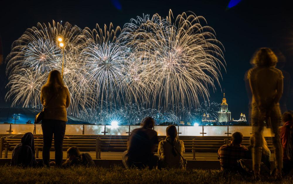 عروض الألعاب النارية على تلال فوروبيوفيي غوري ضمن فعاليات المهرجان الدولي للألعاب النارية في موسكو