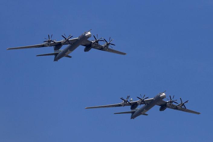 القاذفات الاستراتيجية تو- 95 أثناء العرض العسكري بمناسبة الذكرى السبعين للنصر في الحرب الوطنية العظمى