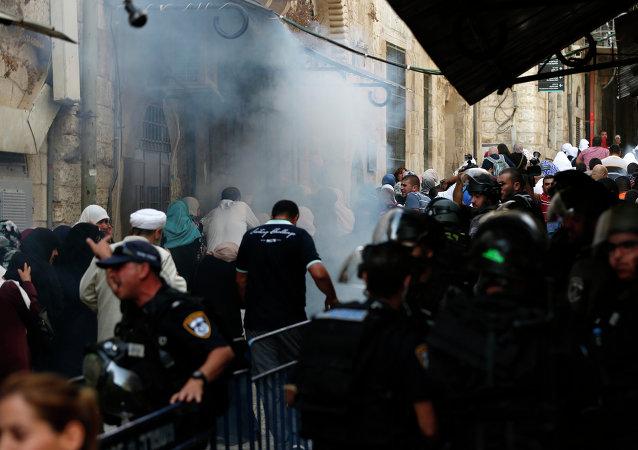 اشتباكات بين قوات الاحتلال والفلسطينيين بالقرب من مسجد الأقصى في البلدة القديمة في القدس.