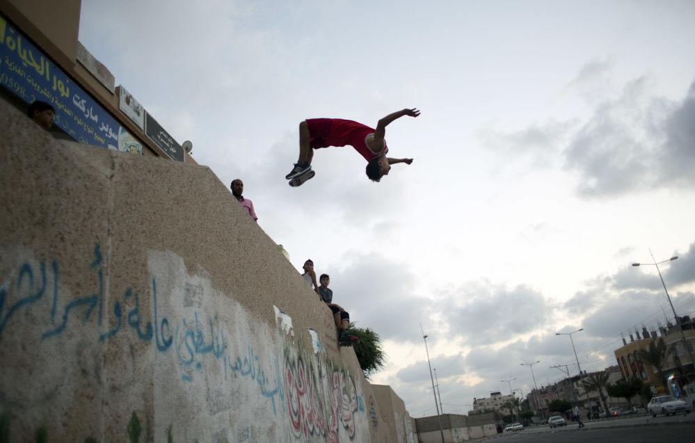 فلسطيني يمارس رياضة الـ باركور.