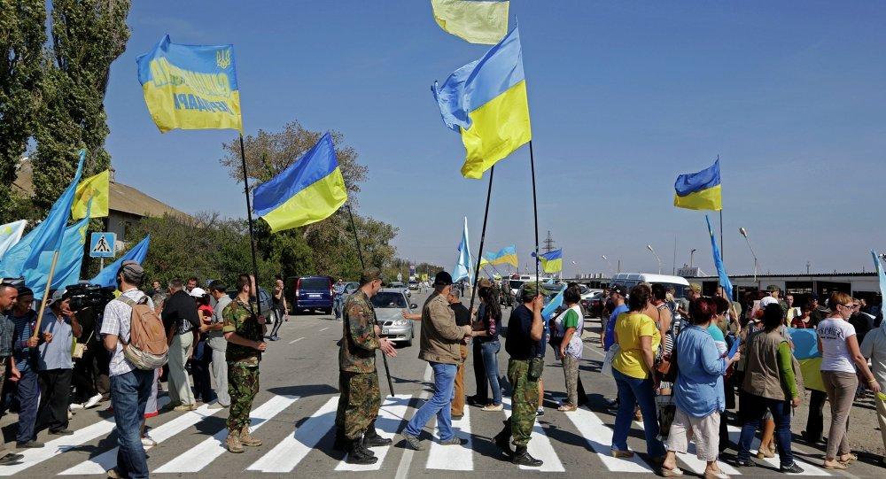 متطرفون يسدون طريقا يربط أوكرانيا بالقرم