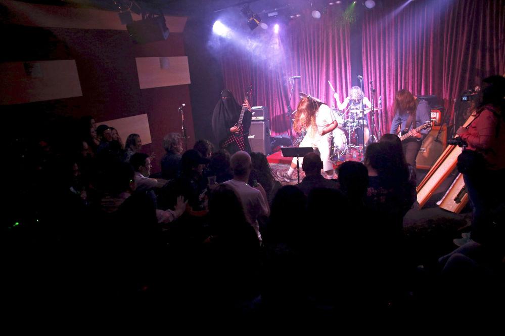 فرقة الفتاة المسلمة جيزيل ماري تقدم حفلا موسيقيا من نوع هيفي ميتال في البرازيل