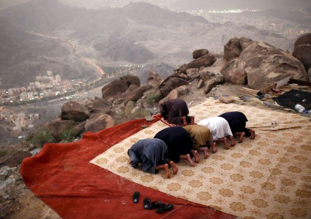 حجاج يصلون على قمة جبل ثور في طريقهم إلى مكة