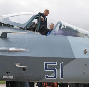 بوتين يتفقد النموذج التجريبي من طائرة تي-50
