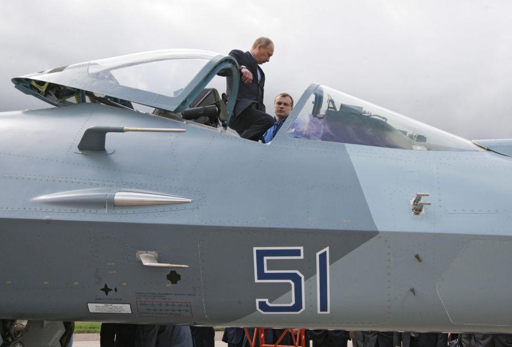 17 يونيو/ حزيران عام  2010 ، حينها، رئيس الوزراء الروسي، فلاديمير بوتين أثناء اختبار تجريبي لمقاتلة الجيل الخامس T-50
