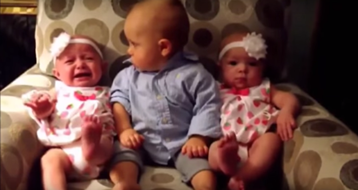 شاهد ردة فعل طفل صغير عند رؤيته لأختيه التوأم