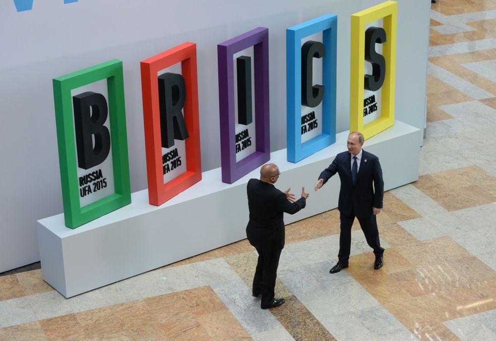 رئيس جمهورية جنوب أفريقيا جيكوب زوما والرئيس الروسي فلاديمير بوتين أثناء مراسم الترحيب بزعماء بريكس
