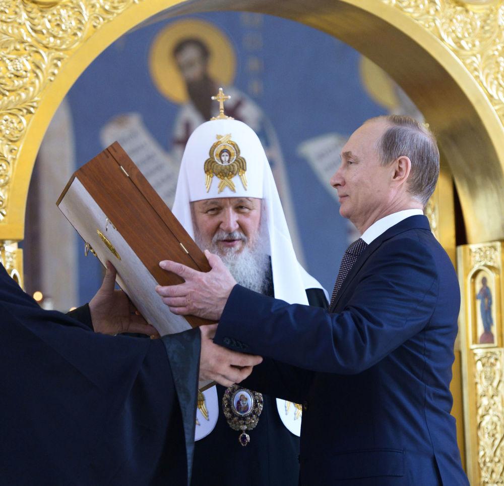 الرئيس الروسي فلاديمير بوتين وبطريرك موسكو وسائر روسيا كيريل