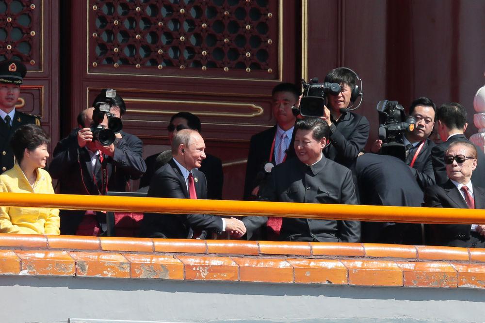 الرئيس الروسي فلاديمير بوتين والرئيس الصيني شي جين بينغ قبل بدء العرض العسكري في بكين بمناسبة الذكرى الـ70 لنهاية الحرب العالمية الثانية