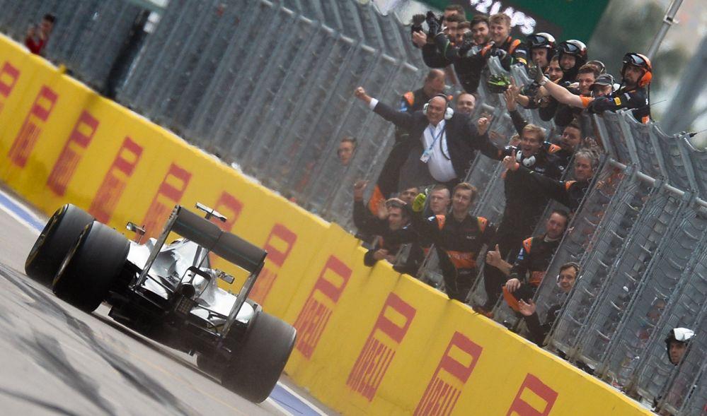 فريق مرسيدس البريطاني لويس هاملتون أثناء سباق جائزة روسيا الكبرى لـفورمولا-1 في سوتشي