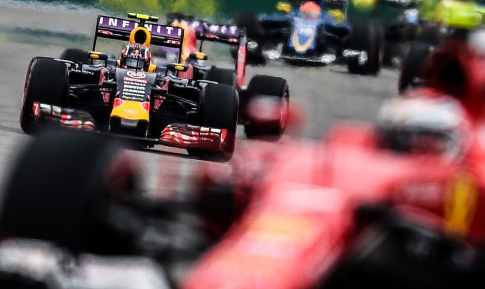 متسابق من فريق ريد بول دانيال كفيات خلال مرحلة التصفيات لبطولة فورمولا-1