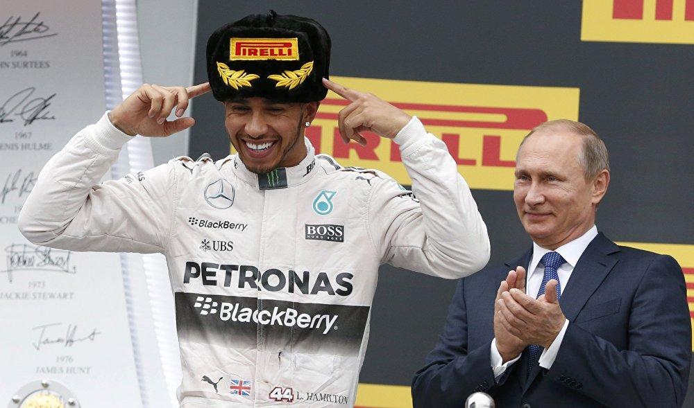الرئيس فلاديمير بوتين يشاهد احتفال المتسابق البريطاني لويس هاملتون بفوزه بجائزة روسيا الكبرى لـ فورمولا-1 في سوتشي.