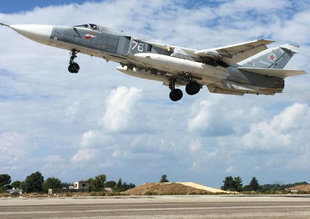 المقاتلة الروسية سو-24 تحلق من مطار القاعدة العسكرية حميميم في سوريا.