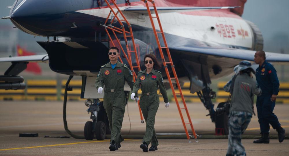 طيارو المقاتلة J-10 خلال عرض جوي في تشوهاي في الصين.