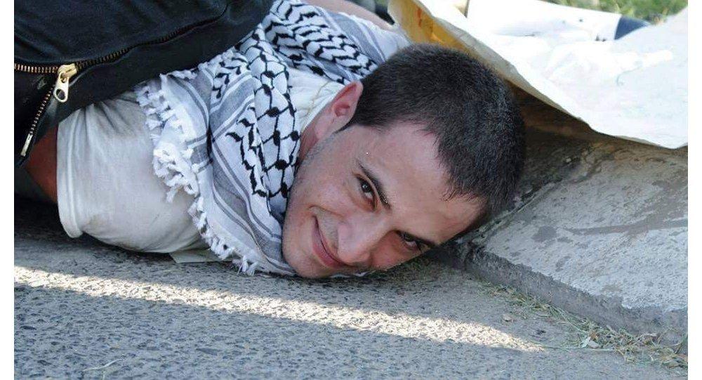 معتقل فلسطيني يبتسم