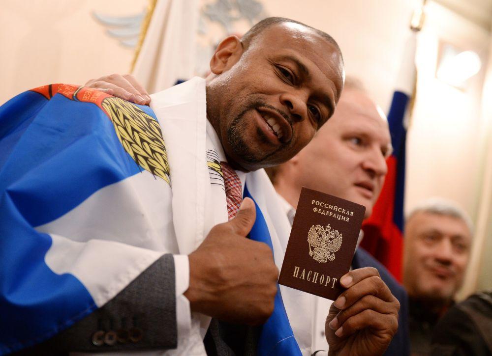 الملاكم الأمريكي روي جونز يحمل جوازه الروسي