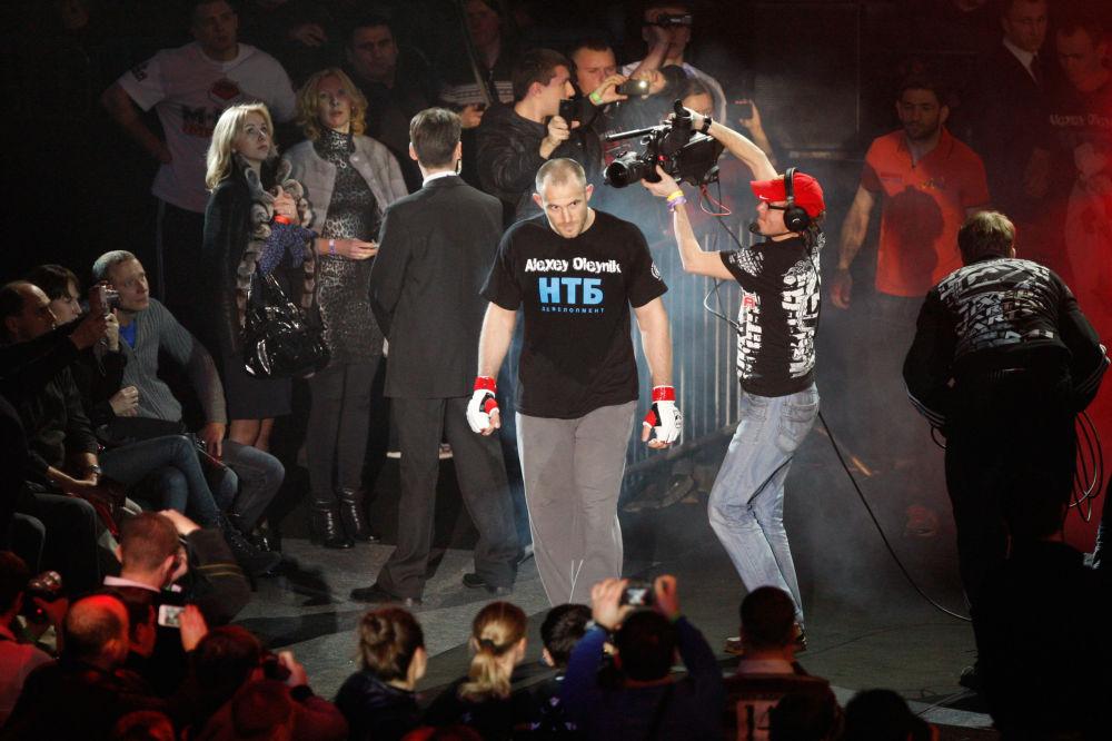 الملاكم أليكسي أولينيك، أوكراني الأصل، قبيل بدء المصارعة مع نظيره الأمريكي جيف مونسون. وذلك خلال بطولة الملاكمة المختلطة М-1 Challenge 31 في سانت بطرسبرغ
