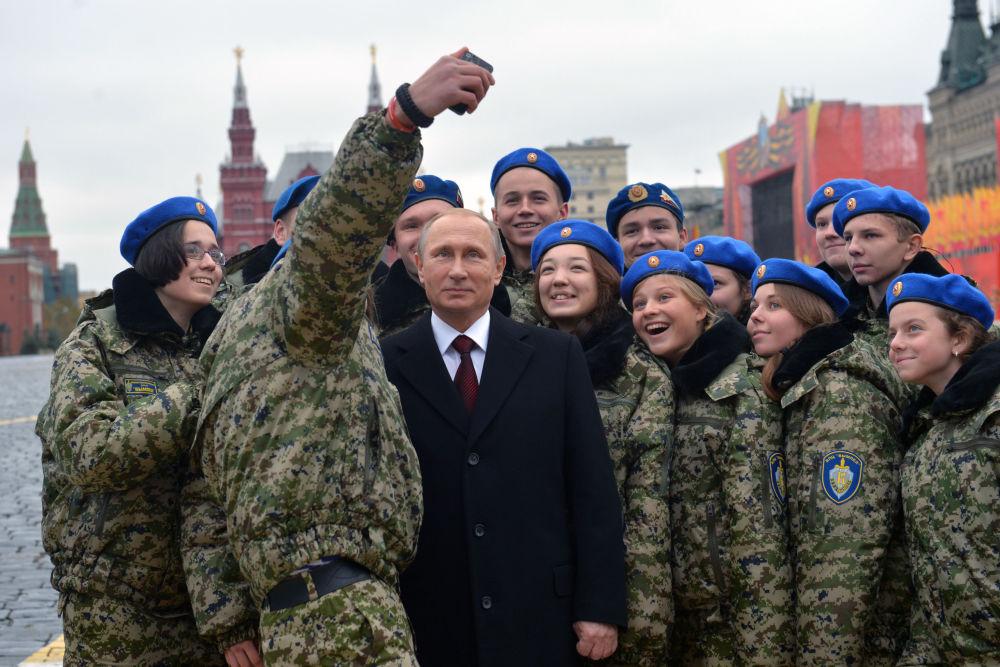 الرئيس فلاديمير بوتين يتصور مع أفراد المركز العسكري الوطني فيمبل، وذلك بعد وضع أكاليل الزهور أمام تماثيل كوزما مينين ودميتري بوجارسكي على الساحة الحمراء.