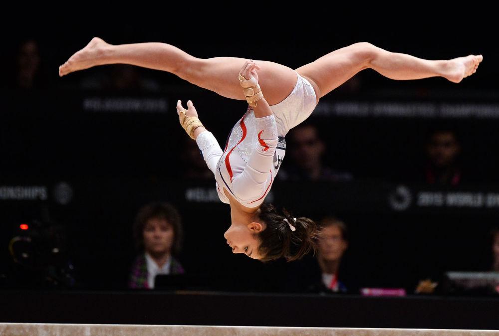 سيدا توتخليان (روسيا) أثناء أدائها لرياضة الجمباز في بطولة للجمباز للنساء