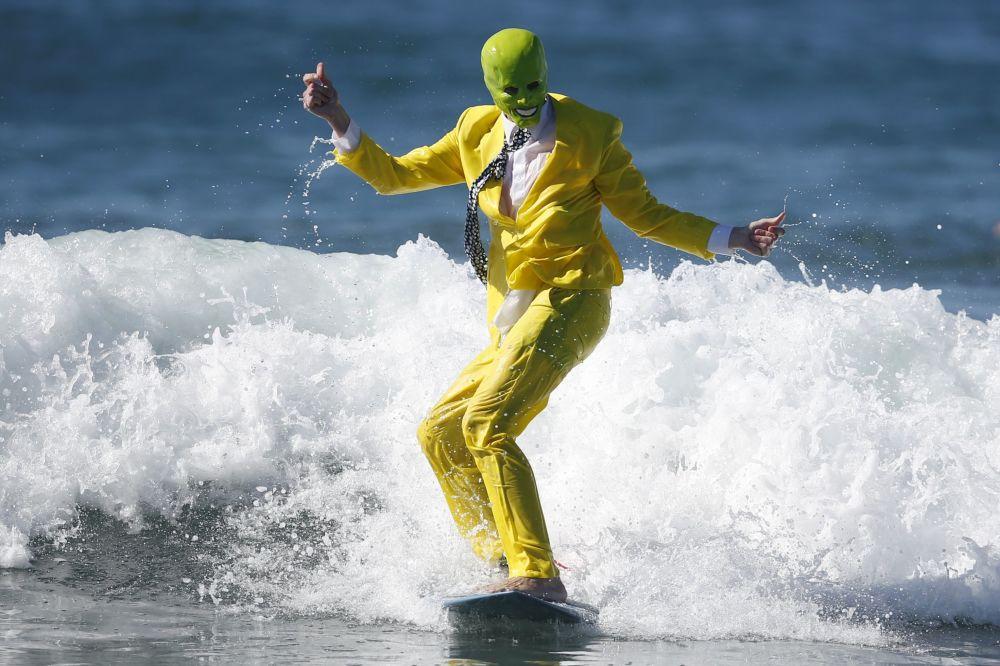 ديفيد نيكلسون، 21 عاماً، يركب أمواج البحر، وهو يرتدي قناع الرجل الأخضر يوم الهالووين في كاليفورنيا، الولايات المتحدة الأمريكي، 31 أكتوبر/ تشرين الأول 2015.