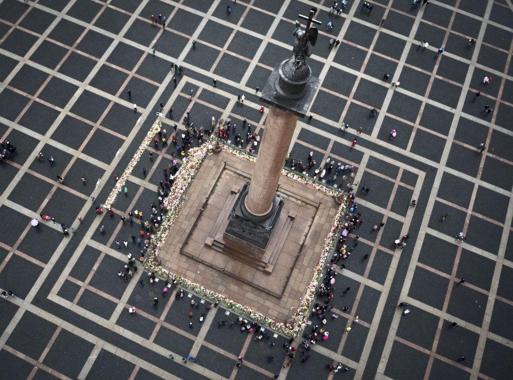 سكان سانت بطرسبرغ يضعون أكاليل الزهور على ساحة القصر لإحياء ذكرى ضحايا الطائرة الروسية المنكوبة Airbus A321 في مصر - الحادث الذي أدى إلى مقتل 224 شخصاً.