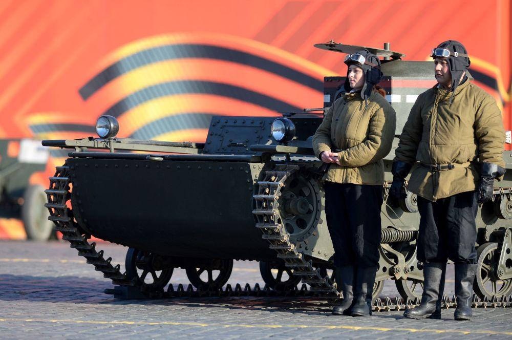 الإحتفال بذكرى مسيرة الجيش الأحمر الأسطورية من الساحة الحمراء إلى جبهة القتال مع ألمانيا النازية