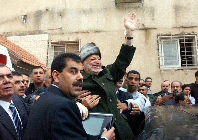 عرفات في طريقه للسفر لباريس للعلاج قبل وفاته بأسبوعين