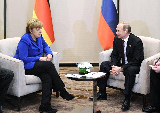 لقاء بين بوتين وميركل في أنطاليا