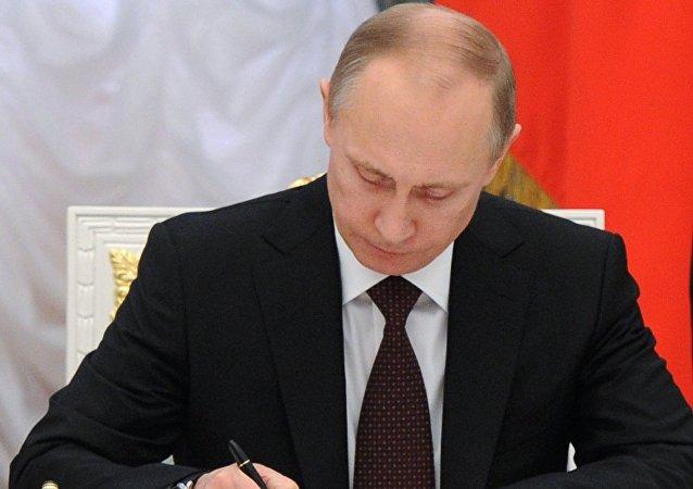 بوتين يوقع رسميا على مرسوم حظر الرحلات الجوية من روسيا إلى مصر مؤقتا