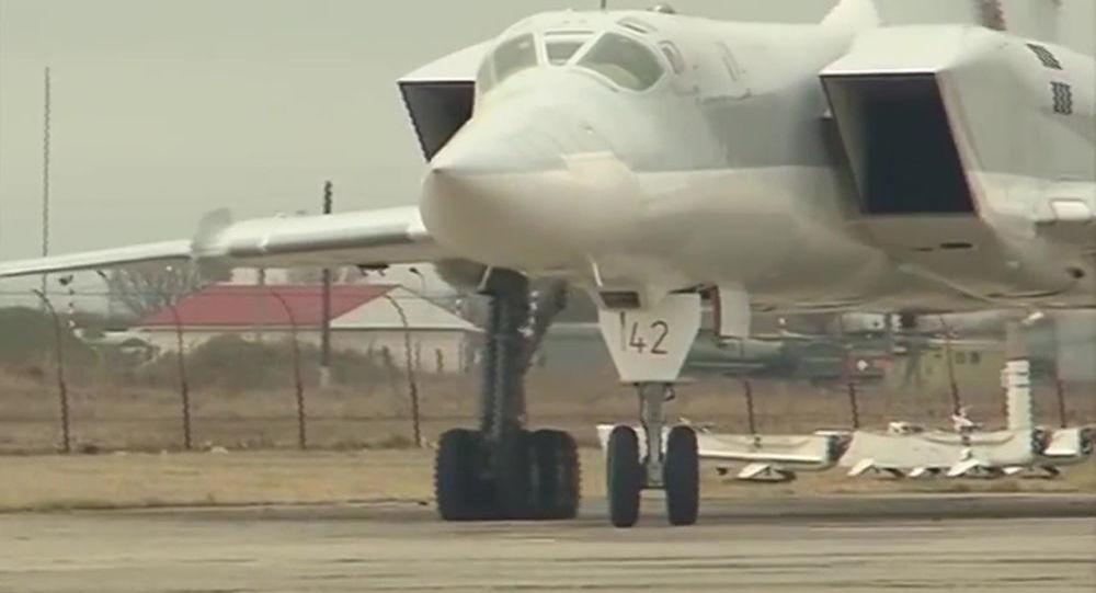 القاذفة الاستراتيجية تو - 22 ام ز بعد تنفيذ مهمتها في قصف مواقع تنظيم داعش في سورية