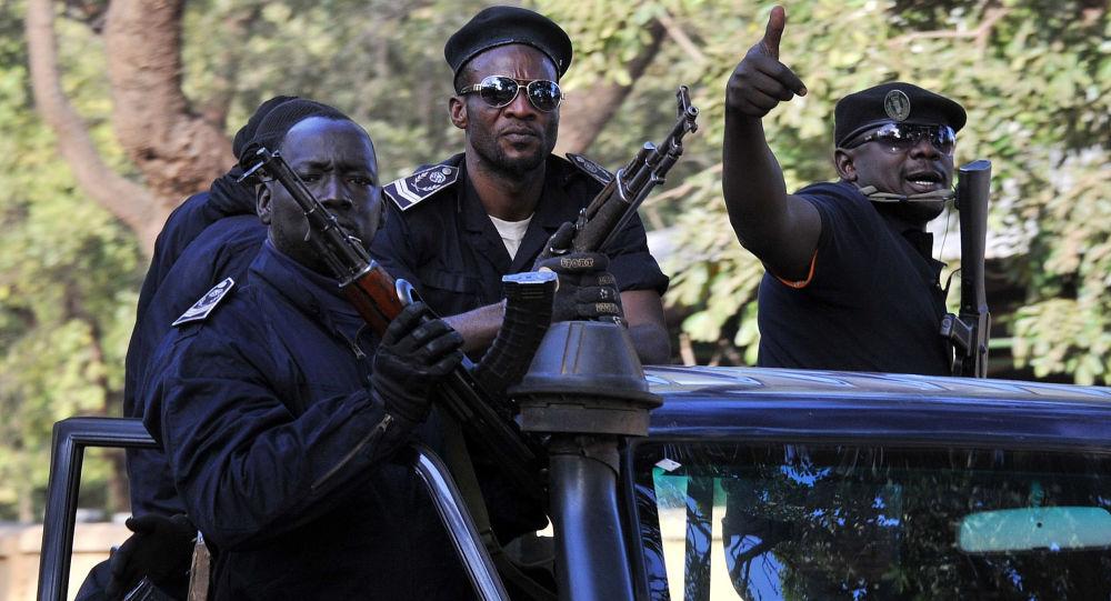 Полицейский патруль на улице Бамако, Мали