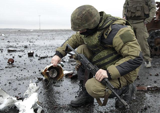 مقاتل من الحماية الشعبية لجمهورية دونيتسك في مطار  دونيتسك